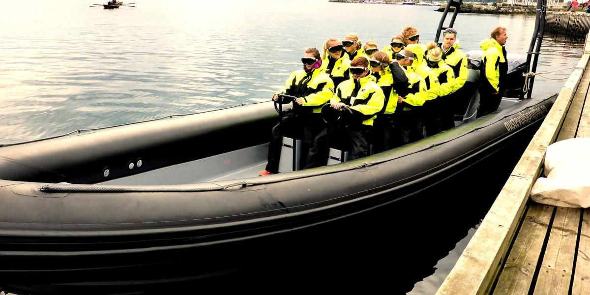 Sjøsprøyt og latter når Os Bygg og Eigedom inviterte til gratis fjordrafting