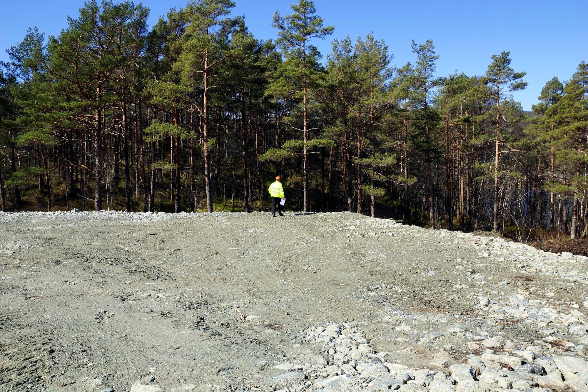 Den store fine ballbanen i skogkanten er ferdig grovplanert