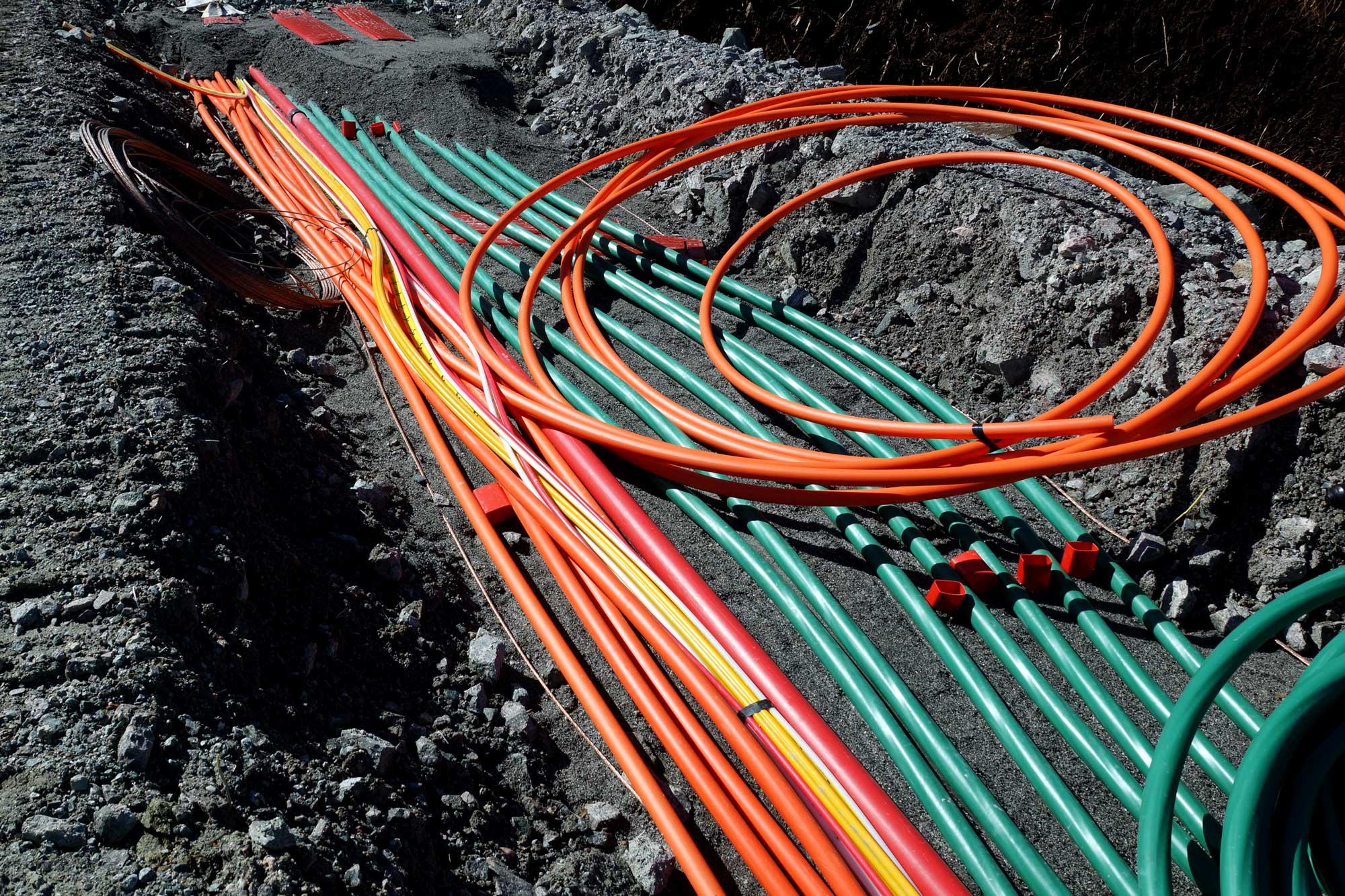 Det jobbes med å lage ferdig alle kabelgrøfter